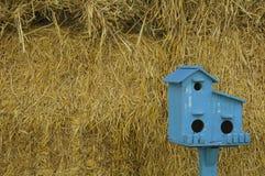Μπλε σπίτι πουλιών. Στοκ φωτογραφία με δικαίωμα ελεύθερης χρήσης