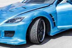Μπλε σπορ αυτοκίνητο στον τρόπο φυλών Η κινηματογράφηση σε πρώτο πλάνο συλλαμβάνει στοκ εικόνες με δικαίωμα ελεύθερης χρήσης