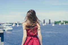 Μπλε συγκίνηση διαφυγών χαράς φύσης νερού ήλιων ουρανού που εκφράζει την έννοια παγκόσμιας κρουαζιέρας θερέτρου hairdress Οπίσθια στοκ εικόνες