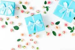 Μπλε συλλογή κιβωτίων δώρων με τα ρόδινα τριαντάφυλλα στο άσπρο υπόβαθρο Στοκ εικόνες με δικαίωμα ελεύθερης χρήσης