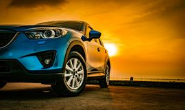 Μπλε συμπαγές αυτοκίνητο SUV τον αθλητισμό και το σύγχρονο σχέδιο που σταθμεύουν με Στοκ Φωτογραφίες