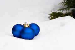 Μπλε σφαίρες γυαλιού Χριστουγέννων στο δέντρο στοκ εικόνες