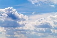 Μπλε σύννεφα ιχνών ουρανού Στοκ Εικόνα