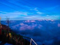 Μπλε σύννεφα πέρα από τα βουνά στη σκιά βραδιού στοκ εικόνα