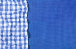 Μπλε σύσταση καμβά με την μπλε ελεγμένη πετσέτα, τοπ άποψη Στοκ εικόνα με δικαίωμα ελεύθερης χρήσης