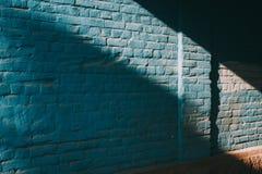 Μπλε σύσταση grunge, φωτεινός μπλε τοίχος με τη σκιά Στοκ φωτογραφίες με δικαίωμα ελεύθερης χρήσης