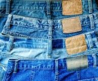 Μπλε σύσταση Jean και έλλειψης Jean στο ξύλινο πάτωμα Στοκ φωτογραφίες με δικαίωμα ελεύθερης χρήσης