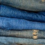 Μπλε σύσταση Jean και έλλειψης Jean στο ξύλινο πάτωμα Στοκ Εικόνα