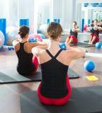 Μπλε τονίζοντας σφαίρα στην κλάση γυναικών pilates οπισθοσκόπο Στοκ φωτογραφία με δικαίωμα ελεύθερης χρήσης