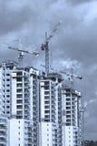 Μπλε τονισμένη εικόνα της οικοδομής των κατοικημένων κτηρίων πολυόροφων κτιρίων Στοκ εικόνα με δικαίωμα ελεύθερης χρήσης