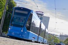 Μπλε τραμ στο Μόναχο/τη Γερμανία στοκ φωτογραφία