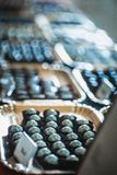 Μπλε τρούφες σοκολάτας για την πώληση στοκ εικόνα