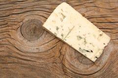 μπλε τυρί χαρτονιών ξύλινο στοκ εικόνες με δικαίωμα ελεύθερης χρήσης
