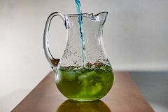 Μπλε υγρό που χύνεται σε πράσινο Στοκ φωτογραφίες με δικαίωμα ελεύθερης χρήσης