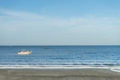 Μπλε υπόβαθρο άμμου θάλασσας και μπλε ουρανού και άμμου, με το διάστημα αντιγράφων Στοκ εικόνες με δικαίωμα ελεύθερης χρήσης