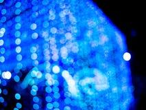 Μπλε υπόβαθρο θαμπάδων Bokeh το ελαφρύ στη νύχτα πόλεων, αφαιρεί φωτεινό Στοκ εικόνα με δικαίωμα ελεύθερης χρήσης