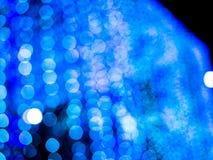 Μπλε υπόβαθρο θαμπάδων Bokeh το ελαφρύ στη νύχτα πόλεων, αφαιρεί φωτεινό Στοκ Εικόνες