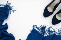 μπλε υψηλά βαλμένα τακούνια παπούτσια και μπλε μαντίλι, έννοια μόδας στοκ φωτογραφίες με δικαίωμα ελεύθερης χρήσης