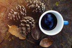 Μπλε φλιτζάνι του καφέ στο κούτσουρο στοκ φωτογραφία με δικαίωμα ελεύθερης χρήσης