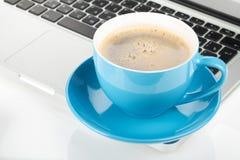 Μπλε φλυτζάνι και lap-top καφέ Στοκ φωτογραφία με δικαίωμα ελεύθερης χρήσης