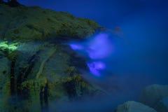 Μπλε φλόγα στη μεταλλεία θείου τη νύχτα, ηφαίστειο Kawah Ijen, ανατολή J Στοκ Εικόνες