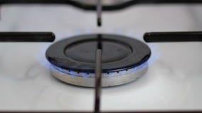 Μπλε φλόγα φυσικού αερίου στη σόμπα απόθεμα βίντεο