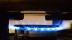 Φλόγα κουζινών αερίου Μπλε φλόγες ενός αερίου στην κουζίνα αερίου Πυρκαγιά στη σόμπα στο σκοτάδι φιλμ μικρού μήκους