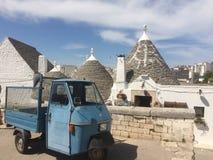 Μπλε φορτηγό και Trulli στοκ φωτογραφία με δικαίωμα ελεύθερης χρήσης