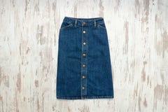 Μπλε φούστα τζιν Ξύλινο υπόβαθρο, μοντέρνη έννοια Στοκ Εικόνες