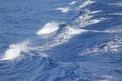 μπλε φυσικά κύματα θάλασσας ανασκόπησης Seascape όμορφα κύματα Στοκ Φωτογραφία