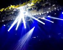 Μπλε φως στη σκηνή σε μια συναυλία ως υπόβαθρο στοκ φωτογραφίες με δικαίωμα ελεύθερης χρήσης