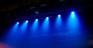Μπλε φως στη σκηνή σε μια συναυλία ως υπόβαθρο στοκ φωτογραφίες