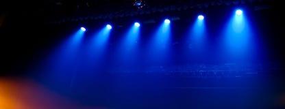 Μπλε φως στη σκηνή σε μια συναυλία ως υπόβαθρο στοκ φωτογραφία