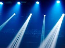 Μπλε φως στη σκηνή σε μια συναυλία ως υπόβαθρο στοκ εικόνες με δικαίωμα ελεύθερης χρήσης