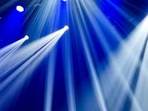 Μπλε φως στη σκηνή σε μια συναυλία ως υπόβαθρο στοκ φωτογραφία με δικαίωμα ελεύθερης χρήσης