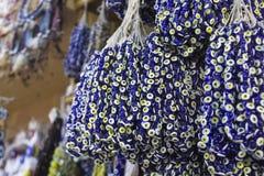 Μπλε χάντρα που φοριέται ενάντια στο κακό μάτι στο τουρκικό κατάστημα για πολλές παραδοσιακές αρχαίες πεποιθήσεις Στοκ φωτογραφία με δικαίωμα ελεύθερης χρήσης