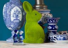 Μπλε χαρακτηριστικό ολλανδικό επιτραπέζιο σκεύος του Ντελφτ με ένα μεγάλο πράσινο λαγουδάκι Πάσχας, κινηματογράφηση σε πρώτο πλάν στοκ εικόνες