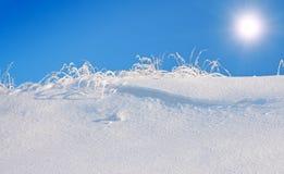 μπλε χιόνι ουρανού βουνών στοκ φωτογραφίες με δικαίωμα ελεύθερης χρήσης
