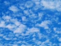 μπλε χνουδωτός ουρανός σύννεφων στοκ φωτογραφίες με δικαίωμα ελεύθερης χρήσης