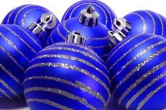μπλε Χριστούγεννα σφαιρώ&nu Στοκ Φωτογραφίες