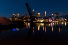Μπλε/χρυσά ώρα/ηλιοβασίλεμα - ορίζοντας του Κλίβελαντ, Οχάιο με τις γέφυρες Στοκ Εικόνες
