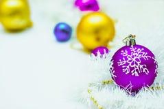Μπλε, χρυσή και πορφυρή διακόσμηση Χριστουγέννων στο άσπρο υπόβαθρο στοκ εικόνα με δικαίωμα ελεύθερης χρήσης