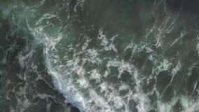 Μπλε ωκεάνια άποψη κυμάτων από την κορυφή απόθεμα βίντεο