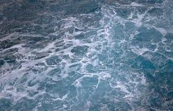 Μπλε ωκεάνια κύματα που δημιουργούν τον άσπρο αφρό που βλέπει άνωθεν στοκ εικόνες με δικαίωμα ελεύθερης χρήσης