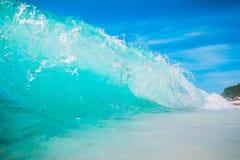 Μπλε ωκεάνιο κύμα στην τροπική παραλία άμμου Κύμα στο Μπαλί Στοκ εικόνα με δικαίωμα ελεύθερης χρήσης