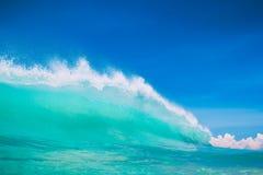 Μπλε ωκεάνιο κύμα στην τροπική παραλία Σαφές κύμα στους τροπικούς κύκλους και το μπλε ουρανό Στοκ Εικόνες