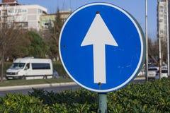 μπλε όψη απόχρωσης οδικών σημαδιών γωνίας ευρέως Βέλος στον κύκλο για τον έλεγχο της κυκλοφορίας στοκ φωτογραφίες