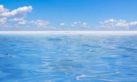 Μπλε ύδωρ και ουρανός Στοκ φωτογραφία με δικαίωμα ελεύθερης χρήσης