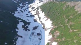 μπλε ύδωρ Λίμνη στα βουνά Εναέρια άποψη Kamchatka απόθεμα βίντεο