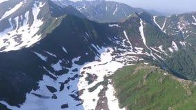 μπλε ύδωρ Λίμνη στα βουνά Εναέρια άποψη Kamchatka φιλμ μικρού μήκους